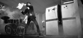 pete-townshend-the-who-smashing-guitar-1940x900_36655.jpg